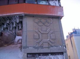 """Izgradnjom rampe koja je izlazila iz objekta izgradjenog na startu, postigla se zahtjevana visinska razlika izmedju starta i cilja. Rampa je unistena jednako kao i svi drugi objekti ski centra """"Bjelasnica"""" u besmislenom ratu 1992./95."""