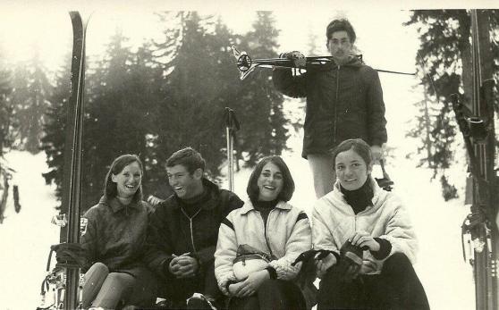 """Slika je snimljena 1969.godine a na njoj su nase izvrsne skijasice SK """"Jahorina"""" iz Sarajeva: Spomenka Potkubovsek, Ahmet (?) iz Zenice, Ognjenka Matkovic i Maja Huml a stoji Ida Nikacevic (SSK)."""