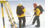 Turisti na vrhu skijaliste, gledaju u mapu kako bi donijeli odluku kuda na off piste skiing/ kuda skijati van uredjenih staza