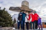 Mia, Dejan, Slavica, Vlatko, Dzeni i Lara, pred hotelom ispred spomenika