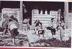 Dok Drago i Tera prave rucak od svjeze ubranih gljiva rujnice (Lactarius deliciosus), do njih su pri kafi: Slavica Prapotnik (Bulajina sestra), Vesko, ispod njega Goga Mioc a skroz desno su Nikola Mioc i Bulajic Dragan.