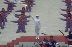 Sandra Dubravcic nosi Olimpijsi plamen na otvaranju ZOI'84.