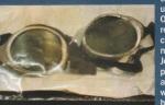 """1999. - 75 godina nakon Mallory-evog  i Irvinovog fatalnog pokusaja osvajanja vrha Everesta, istrazivacki tim je izvrsio sve pripreme da razmrsi  enigmu njihovr sudine. 1.maja su nasli Mallory-eve ostatke, kostur lezeci na ledjima pokazivao sa ispruzenom rukom ciji prsti su bili ocajnicki zagrebali padinu planine. Kada su fotografije ostataka alpinista objavljene u novinama u komercijalne svrhe, britanski alpinist Joe Simpson,  ih je protumacio kao """" modernu pljacku groba"""", dok je Sir Edmund Hillary izjavio da je i sam zgrozen."""