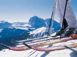 skije-i-cipele-na-snijegu.jpg