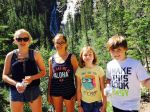 Mia, Tiana, Lara i Stefan/u pozadini slapovi jezera Grassi